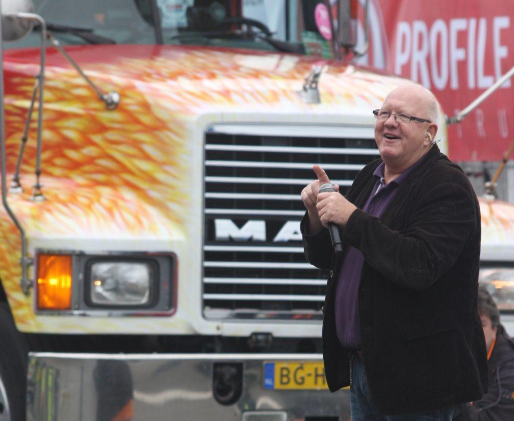 Henk Wijngaard signeert op Mackdag