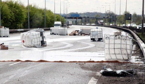 Truck verliest IBC's M25 Londen
