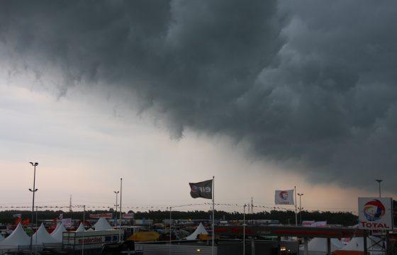 Regenfront trekt over Truckstar Festival