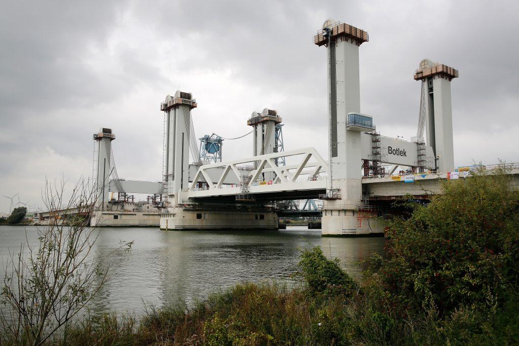 Eerste deel nieuwe Botlekbrug geplaatst