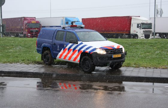 Marechaussee haalt illegalen uit truck
