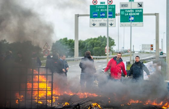 Chaos Calais door staking