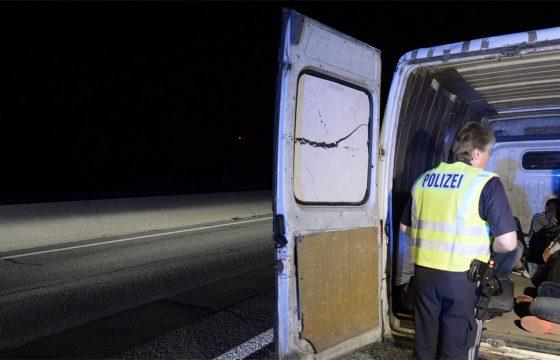 Ruim zeventig vluchtelingen dood in bakwagentje
