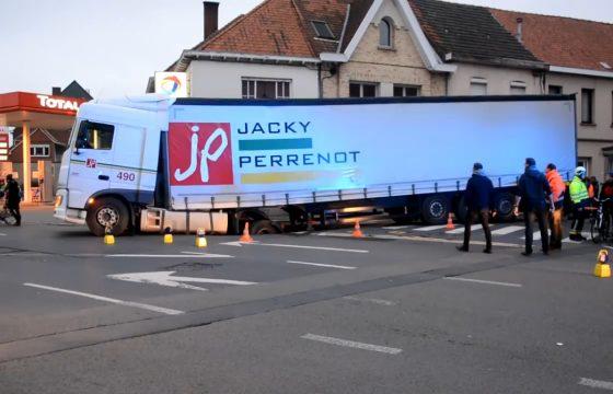 Truck zakt door Belgisch wegdek