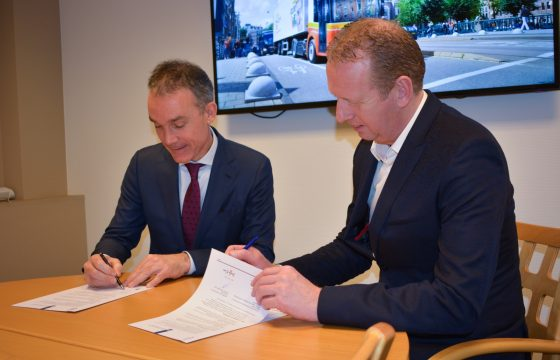 Simon Loos ondertekent convenant met ILT