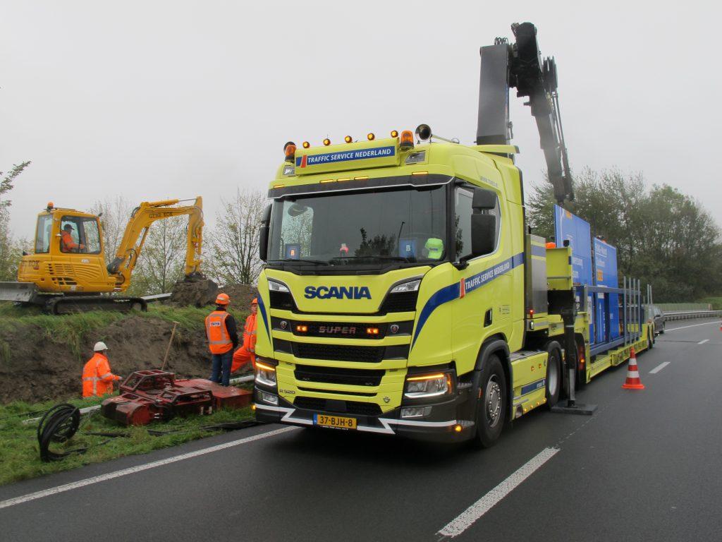 Spannende momenten op de oostelijke ringweg bij Groningen, de N46 om precies te zijn. Daar werd vandaag het laatste nieuwe bewegwijzeringsbord geplaatst.